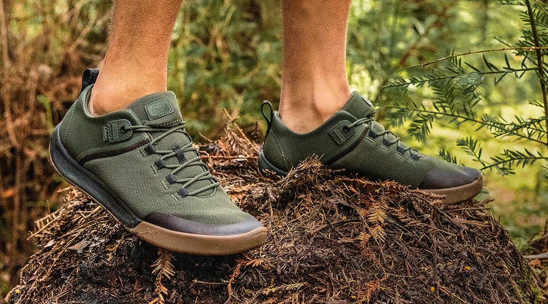 Person sporting the Men's Sidetrek in Forest Green.
