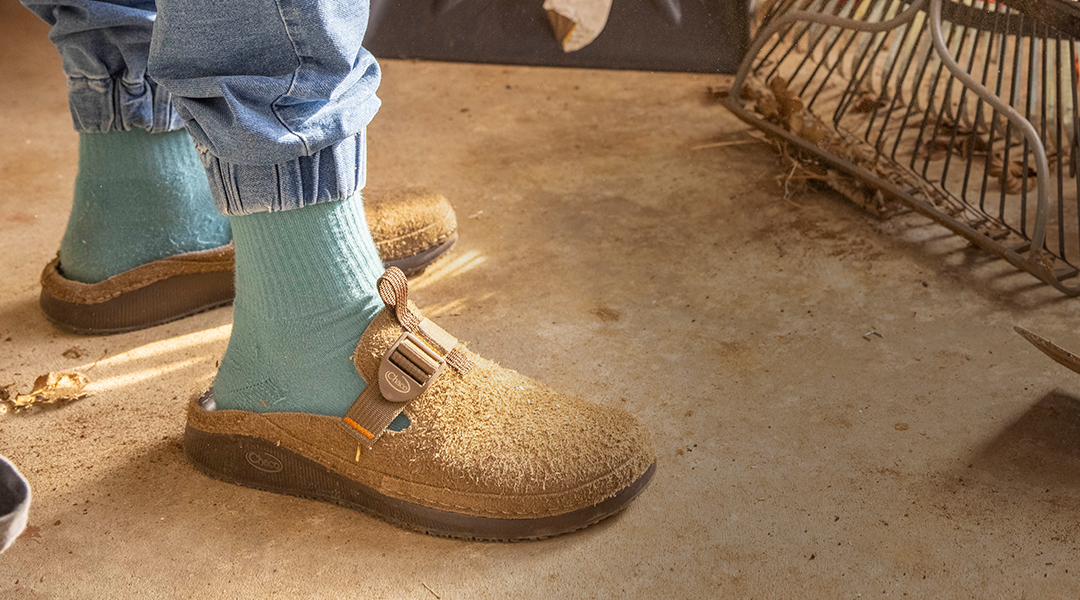 Person sporting the Men's Paonia Clog in Teak.